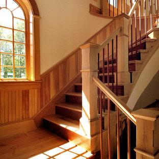 Foto de escalera curva, rústica, con escalones de madera y contrahuellas de madera