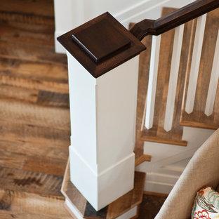 Modelo de escalera curva, rural, con escalones de madera y contrahuellas de madera