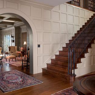 ボストンの巨大な木のトラディショナルスタイルのおしゃれな直階段 (木の蹴込み板) の写真