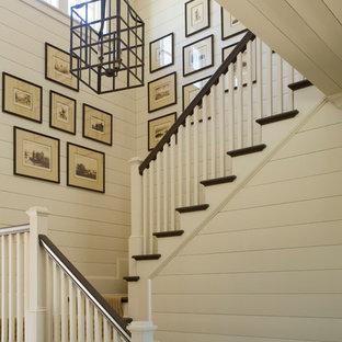 Imagen de escalera en U, tradicional, grande, con escalones enmoquetados y contrahuellas enmoquetadas