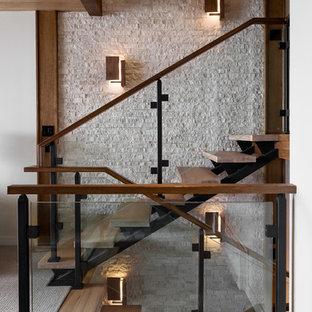 バーリントンの木のコンテンポラリースタイルのおしゃれなオープン階段 (ガラスの手すり) の写真