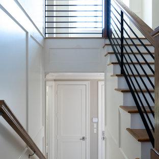 Inspiration för klassiska l-trappor i trä, med sättsteg i trä och räcke i metall