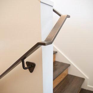 Modelo de escalera en U, moderna, pequeña, con escalones de madera y contrahuellas de madera