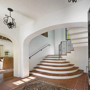 Cette photo montre un escalier méditerranéen avec des marches en terre cuite et un garde-corps en métal.