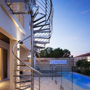 パースの中サイズのガラスのモダンスタイルのおしゃれならせん階段 (金属の手すり) の写真