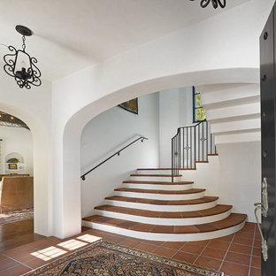 Foto på en medelhavsstil u-trappa i terrakotta, med räcke i metall