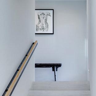 Foto de escalera ecléctica, de tamaño medio, con escalones de madera pintada y contrahuellas de madera pintada