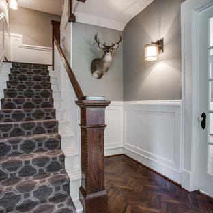 Ejemplo de escalera recta, clásica, de tamaño medio, con escalones enmoquetados y contrahuellas enmoquetadas