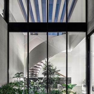 メルボルンの巨大な木のコンテンポラリースタイルのおしゃれな階段 (木材の手すり) の写真