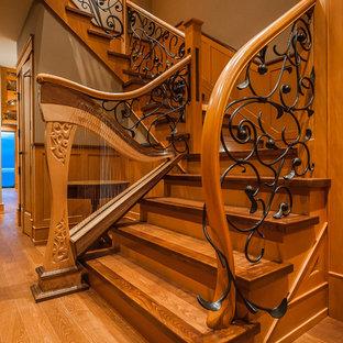 バンクーバーの木のトラディショナルスタイルのおしゃれな折り返し階段 (木の蹴込み板) の写真