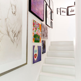 Inspiration för moderna trappor i målat trä, med sättsteg i målat trä