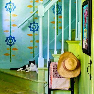 Удачное сочетание для дизайна помещения: лестница в стиле кантри с крашенными деревянными ступенями и крашенными деревянными подступенками - самое интересное для вас