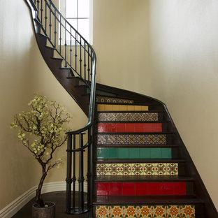Inspiration för medelhavsstil svängda trappor i trä, med sättsteg i kakel