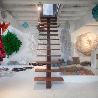 Imagen de escalera recta, ecléctica, con escalones de madera
