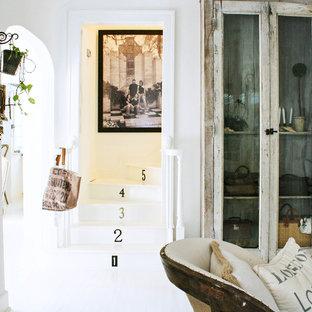 Modelo de escalera romántica con escalones de madera pintada y contrahuellas de madera pintada
