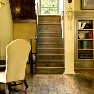 Imagen de escalera en U, clásica, con escalones de madera y contrahuellas de madera