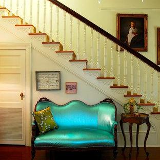Imagen de escalera tradicional con escalones de madera