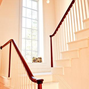 Foto de escalera en U, de estilo de casa de campo, con contrahuellas de madera pintada