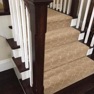Ejemplo de escalera en L, clásica, de tamaño medio, con escalones enmoquetados y contrahuellas enmoquetadas
