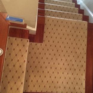 Imagen de escalera en L, tradicional, de tamaño medio, con escalones de madera y contrahuellas de madera pintada