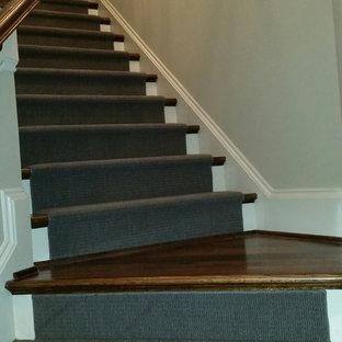 Modelo de escalera en L, clásica, de tamaño medio, con escalones de madera y contrahuellas de madera pintada