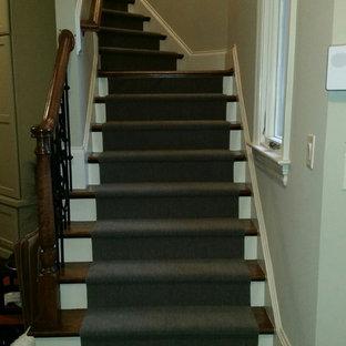 ローリーの中サイズの木のトラディショナルスタイルのおしゃれなかね折れ階段 (フローリングの蹴込み板) の写真