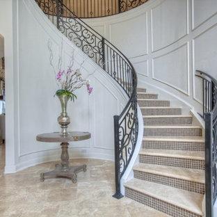 Foto de escalera curva, tradicional, grande, con escalones de hormigón y contrahuellas con baldosas y/o azulejos