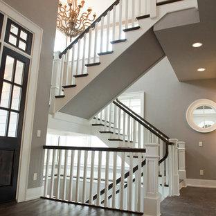 Imagen de escalera en U, campestre, extra grande, con escalones de madera, contrahuellas de madera pintada y barandilla de madera
