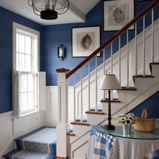 Foto de escalera en L, clásica, de tamaño medio, con escalones de madera y contrahuellas de madera pintada