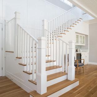 Idéer för att renovera en mellanstor lantlig u-trappa i trä, med sättsteg i målat trä