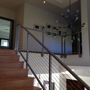 Imagen de escalera recta, tradicional renovada, de tamaño medio, con escalones de madera y contrahuellas de madera