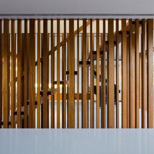Foto de escalera suspendida, contemporánea, de tamaño medio, sin contrahuella, con escalones de madera y barandilla de madera