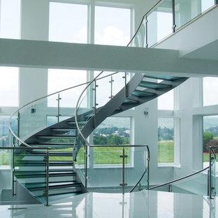 Foto de escalera curva, minimalista, grande, sin contrahuella, con escalones de vidrio