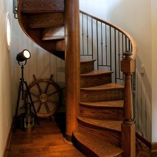 Idee per una grande scala a chiocciola boho chic con pedata in legno e alzata in legno