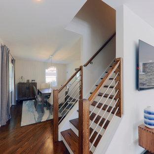 Ejemplo de escalera recta, clásica renovada, de tamaño medio, con escalones de madera, contrahuellas de madera pintada y barandilla de metal
