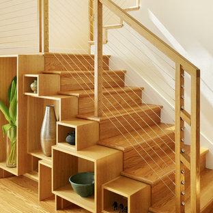 Новые идеи обустройства дома: п-образная лестница среднего размера в современном стиле с деревянными ступенями и деревянными подступенками