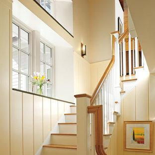Imagen de escalera en L, clásica, de tamaño medio, con escalones de madera y contrahuellas de madera pintada