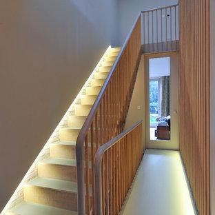 Пример оригинального дизайна: прямая лестница в стиле неоклассика (современная классика) с деревянными подступенками и стеклянными ступенями