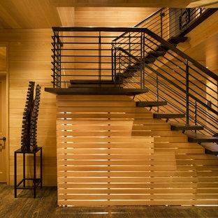 Klassische Holztreppe in U-Form mit offenen Setzstufen und Stahlgeländer in Charlotte