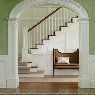 ニューヨークのトラディショナルスタイルのおしゃれな階段の写真