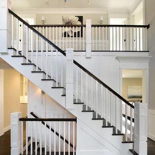 Ejemplo de escalera en U, tradicional renovada, grande, con escalones de madera y contrahuellas de madera pintada