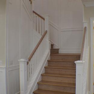 Diseño de escalera curva, tradicional, de tamaño medio, con escalones de madera, contrahuellas de madera y barandilla de madera