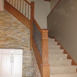 Idéer för en stor amerikansk l-trappa, med heltäckningsmatta och sättsteg med heltäckningsmatta