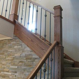 Ejemplo de escalera en L, de estilo americano, grande, con escalones enmoquetados y contrahuellas enmoquetadas