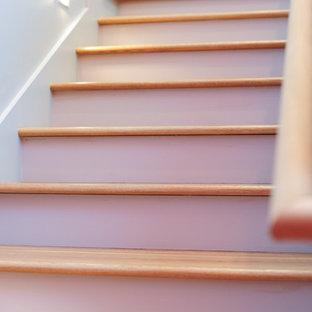 Esempio di una scala minimalista con pedata in legno e alzata in legno verniciato