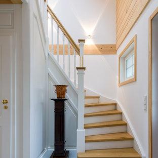 Kleine Klassische Holztreppe in U-Form mit gebeizten Holz-Setzstufen und Holzgeländer in Köln