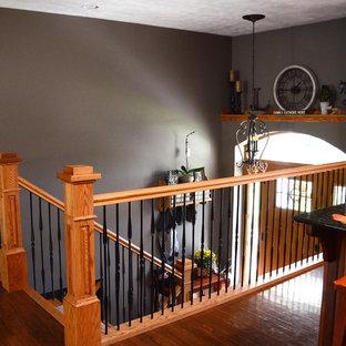 Foto de escalera en U, de estilo americano, de tamaño medio, con escalones de madera, contrahuellas de madera pintada y barandilla de varios materiales