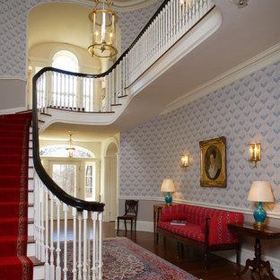 フィラデルフィアの木のトラディショナルスタイルのおしゃれな階段の写真