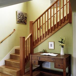 Новый формат декора квартиры: п-образная лестница среднего размера в стиле кантри с деревянными ступенями, деревянными подступенками и деревянными перилами