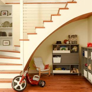 Foto de escalera curva, de estilo de casa de campo, con escalones de madera, contrahuellas de madera pintada y barandilla de cable